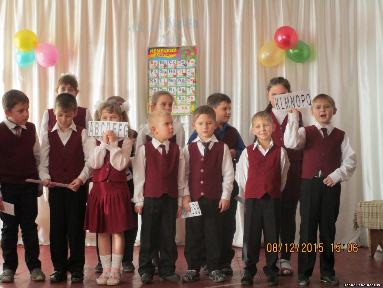 Обучающиеся 2 В класса рассказывают стихи об изученных буквах и исполняют песни