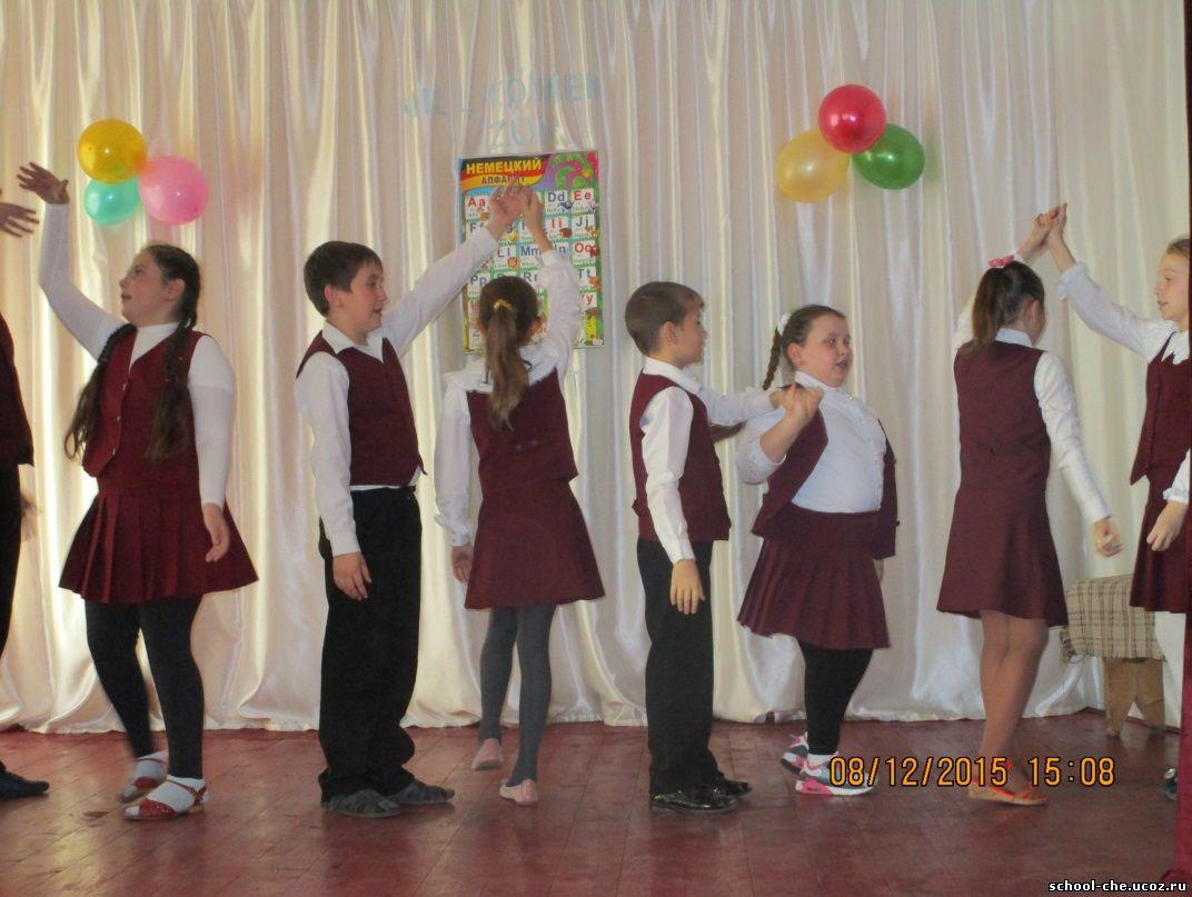 Обучающиеся 4В класса исполняют народный танец «Bruderchen komm,mir»